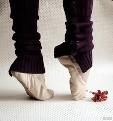 | |. (selenis) Tags: feet nikon r pés 2009 sapatilhas 50mmf18 d80 saariysqualitypictures absolutegoldenmasterpiece caneleiras