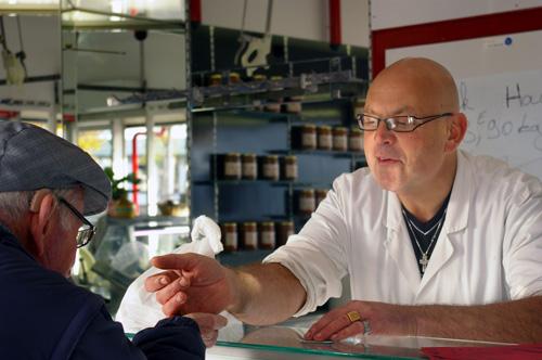 Les clients appellent déjà le boucher par son petit nom. photo T.G.