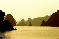 Vietnam (jmboyer) Tags: voyage travel beauty canon landscape photography photo yahoo asia southeastasia flickr picture vietnam viajes asie lonelyplanet monde paysages halong nam halongbay gettyimages reportage nationalgeographic spia googleimage go vit img0006 canonfrance earthasia jmboyer