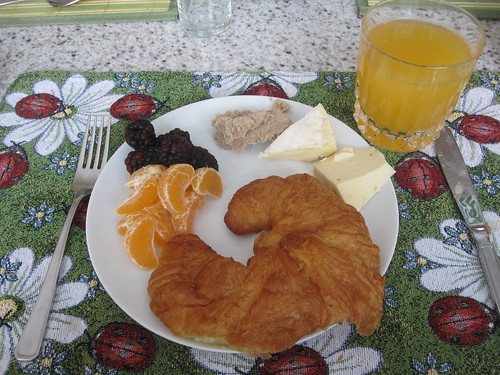 Croissant with cheeses, rillettes and fresh fruits