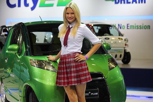 Colegiala presentando el auto eléctrico EV