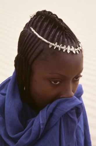 Jeune femme au voile bleu.