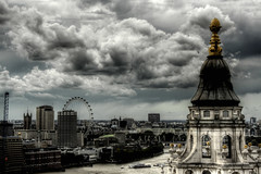 St Paul\'s Cathedral Pinnacle and London Eye. Pináculo de la Catedral de San Pablo y London Eye.