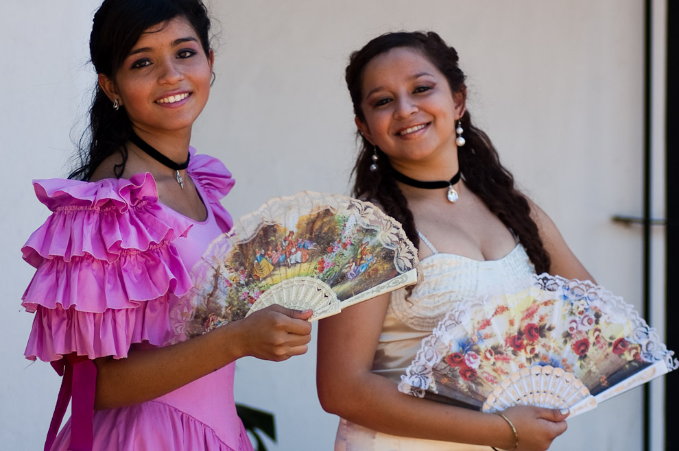 Actrices jóvenes representando a las glamurosas mujeres del siglo XVIII, el uso de abanicos y la vestimenta con pendientes de perlas y collares de tela, son entre otras cosas características de la vestimenta. (Areguá, Paraguay - Elton Núñez)