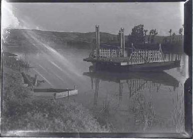 Barco en el Tajo de Toledo en 1944. Fotografía de Gabriel Casas i Galobardes. Arxiu Nacional de Catalunya
