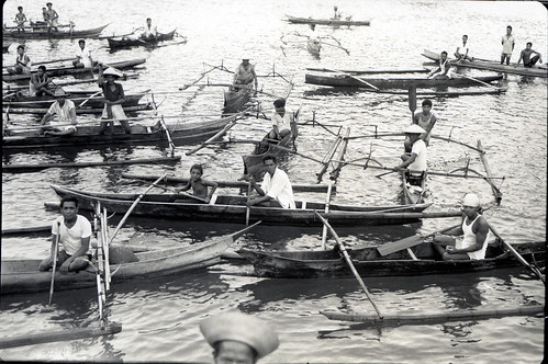 Outrigger canoes surrounding the Cheng Ho