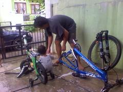 Menyuci Sepeda