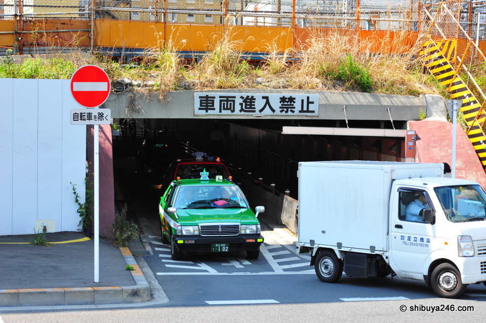 Bit of a low passage for the trucks here, particularly with the Shinkansen running above.