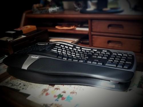 Microsoft Natural Ergonomic Keyboard、昔からこれ系が好きで会社用にもわざわざ買い勝手に付け替えたら、システム課からお叱りがw