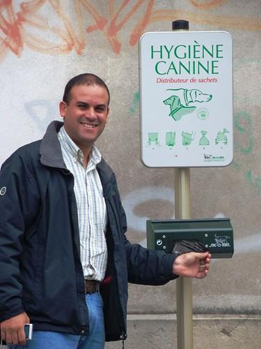 Clério Silva mostra dispositivo que oferece sacos plásticos para recolhimento de fezes caninas, em Bayonne.