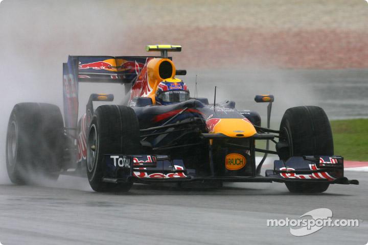 GP de Malasia 2010, clasificación. Mark Webber logró el mejor tiempo bajo la intensa lluvia en el circuito de Sepang.