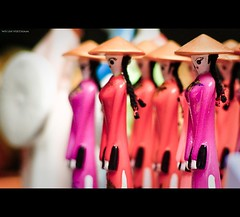 Vietnam | Hue city: Hue ladies~ (Vu Pham in Vietnam) Tags: pink red hat asia southeastasia vietnamese candid vietnam souvenir dailylife hue indochina hué aodai ベトナム việtnam 越南 conicalhat huế dulịch เวียดนาม áodài nón 베트남 nónlá cuộcsống conngười cốđô thurathienhue kinhđô raininvietnam thànhhuế commentwithimageswillbedeletedsosorryforthis