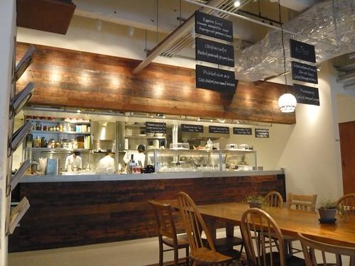 アークヒルズカフェ 完全なオープンキッチンではありませんが、厨房がよく見えます。 「鶏とえ...