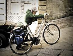 (marcos rv) Tags: italy persona calle italia bicicleta via urbano 2009 febrero arezzo febbraio toscanaarezzo