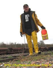 En cuissardes jaunes, à la SNCF (pascal en bottes) Tags: yellow jaune boots goma rubber wellington pascal wellies waders gummistiefel bottes botas gumboots gomma servus stiefel caoutchouc stivali stövlar cuissardes