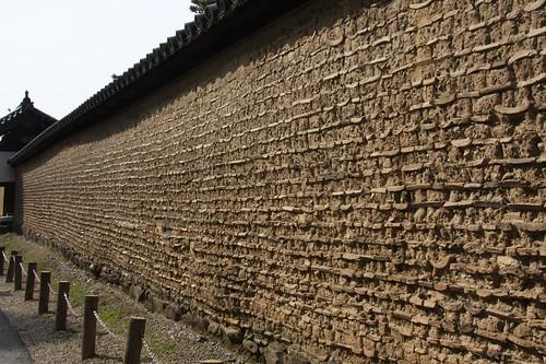 華厳宗真言院の土塀(どべい)