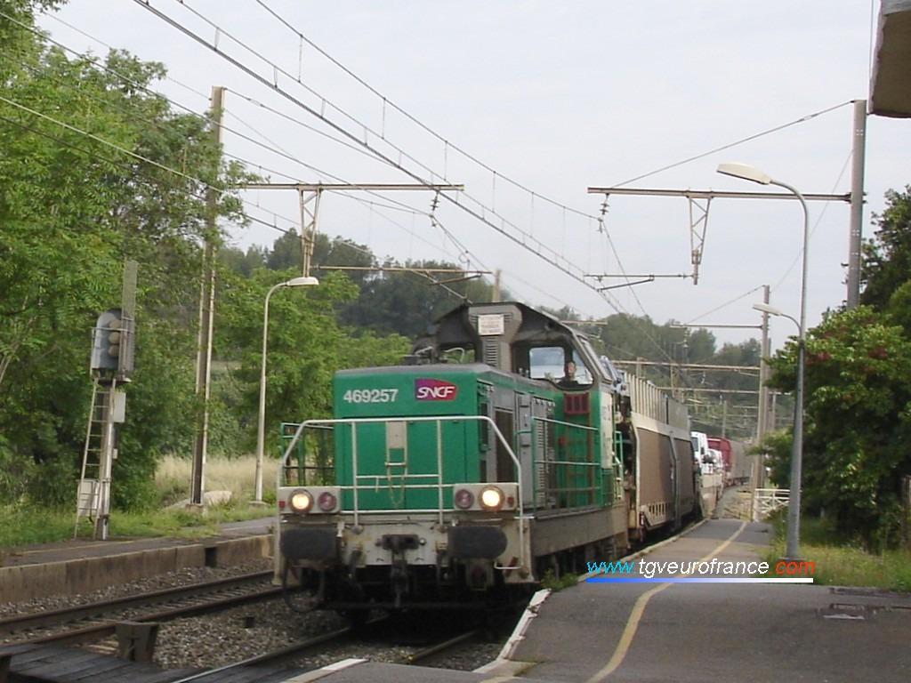 Une locomotive BB 69000 thermique en livrée FRET SNCF traversant la gare de Saint-Chamas