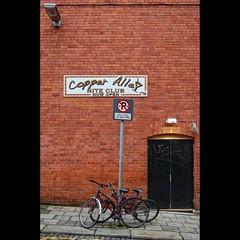 abierto a cualquier hora / now open at any time (bachmont) Tags: street door ireland dublin muro wall club pared calle puerta pub bricks bicycles fachada ladrillos bicicletas irlanda