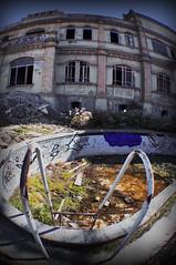 Todo un lujo* (RominikaH) Tags: house abandoned graffiti casa piscina zaragoza destroyer ruinas escombros destroy abandonado abandonada utebo monzalbarba rominikah destroyphoto retofez100608