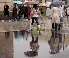 Salta... salta conmigo (Cazador de imgenes) Tags: madrid espaa woman girl rain female umbrella d50 donna lluvia mujer spain nikon candid nikond50 espagne paraguas spanien spagna spanje ombrello ragazza parapluie puertadelsol spania  regenschirm spange