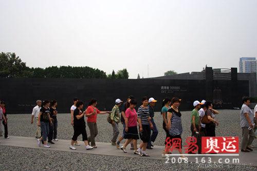 南京大屠杀遇难同胞纪念馆广场上的游人们,他们可能是中国表情最肃穆的游客