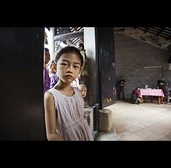 little girl - China ( Tatiana Cardeal) Tags: guangzhou china travel girl digital asia village serious chinese guangdong superfantastique curious  2009 canton enigmatic  canto chatang