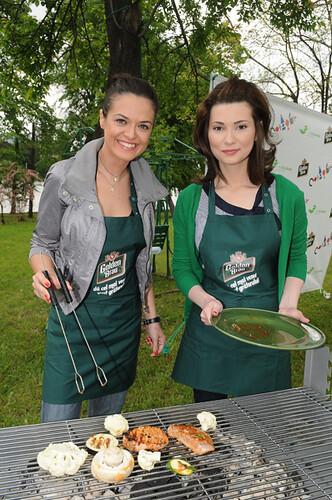 Raluca Lăzăruţ şi Mihaela Călin la grătar