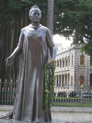 Queen Liliuokalani statue in front of Iolani Palace (Boston Runner) Tags: statue hawaii oahu honolulu monarchy imprison queenliliuokalani iolanipalace