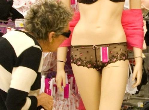 abuela mirando un maniqui con unas braguitas de encaje