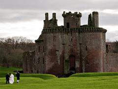 Scottish wedding in Caerlaverock Castle (Petit Homenet) Tags: scotland escocia caerlaverockcastle ruinas ruins scottishwedding kilt piper