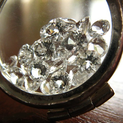 Mea Makamae 2.0 - Sterling silver glass locket filled with topaz gems