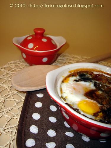 Uova in cocotte con olive nere e pomodori (1)