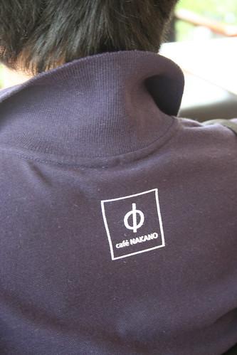 ロゴ入りのポロシャツ