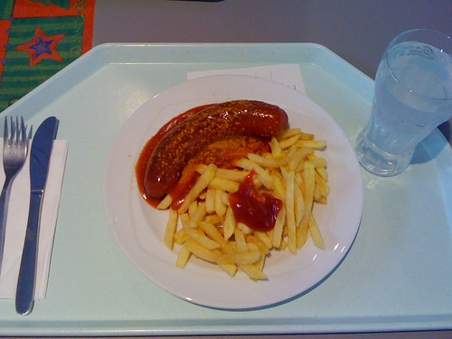 Rote Currywurst mit Pommes