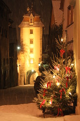 Rothenburg Tree (MattJP) Tags: snow tower bavaria christmasmarket christmastree medieval r magical rothenburgobdertauber germnay romanticroad weinacht redbows