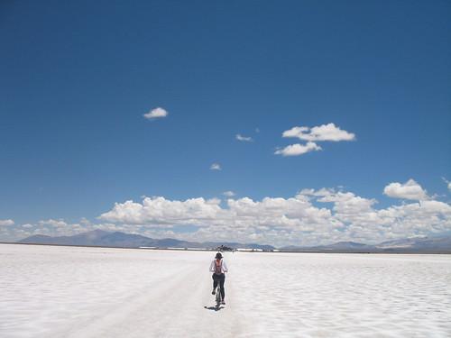 Gabi pedalando no Salar
