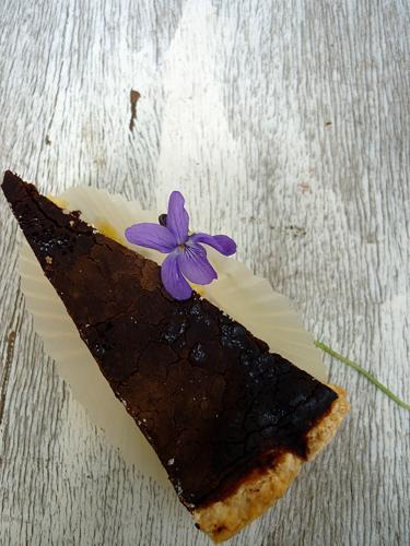 torta con crema di semolino al limone e copertura al cioccolato fondente