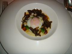 Huevo a baja temperatura con erizo de mar, algas y crema de hinojo