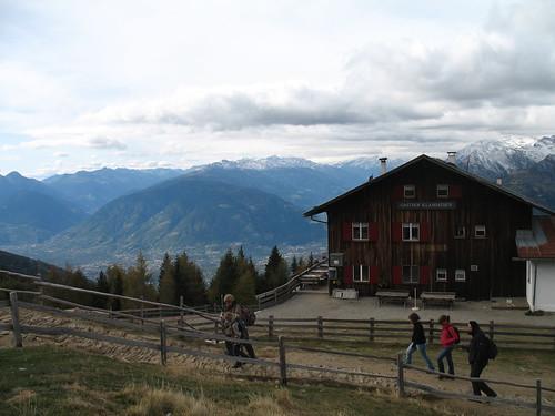 Die Bergstation der Hirzer Seilbahn - Ausganspunkt für zahlreiche Wanderungen mit herrlichem Blick ins Tal
