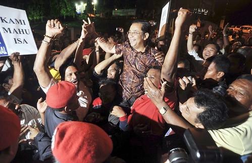 Port Dickson 11/10/2009 -- Calon BN Tan Sri Mohd Isa Abd Samad dijulang oleh para penyokongnya selepas diumumkan sebagai Ahli dewan Undangan Negeri Dun Bagan Pinang di luar pusat pengumuman keputusan pilihan raya Bagan Pinang.  Gambar oleh OSMAN ADNAN