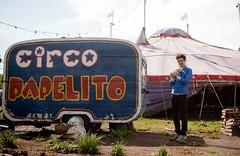 un perro que parece un cerdito en mis brazos (www.federicopaladino.com) Tags: circo niña rodaje papelito