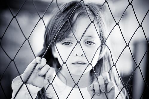 [フリー画像] 人物, 子供, 少女・女の子, モノクロ写真, 金網・フェンス, 201004040300