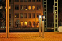 Entwerter / ticket canceller (tonal decay) Tags: light station night train dresden traffic nacht haus bahnhof ticket db gelb local mast bahn mitte sodium vapor friedrichstadt deutsche vvo entwerter oberelbe betonpflaster canceler canceller verbundfahrkarten verbundraum verkehrsverband nichtwilsdruffervorstadtverdammteaxt