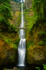 Majesty Of Multnomah (El Justy) Tags: multnomahfalls multnomahcreek multnomahcounty pacificnorthwest oregon columbiarivergorge nationalscenicarea waterfall waterfalls landscape nature scenery beauty westcoast lewisandclark image capture cascade tiered bensonbridge tourists tourism popular oregonsmostpopularwaterfall 4thtallestwaterfallintheusa 2ndtallestperennialwaterfall landmark naturalbeauty naturalwonder worldfamous lodge breakfast hungry morning earlymorning crowded riceimages justinrice madonna