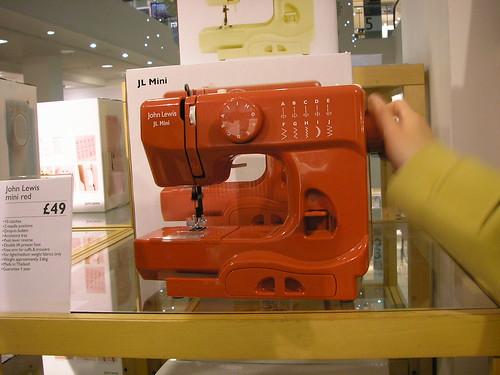 A máquina de costura vermelha