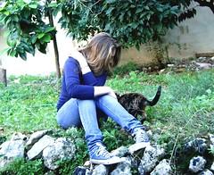 (<maria>) Tags: tree green girl cat garden hair kitten jeans converse blonde chucks