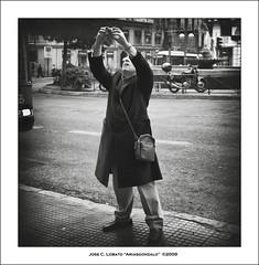 Un colega de Flickr? (Ariasgonzalo) Tags: madrid portrait bw blancoynegro blackwhite gente bn retratos callejeando paisajeurbano fotgrafos betterthangood photoshopcreativo