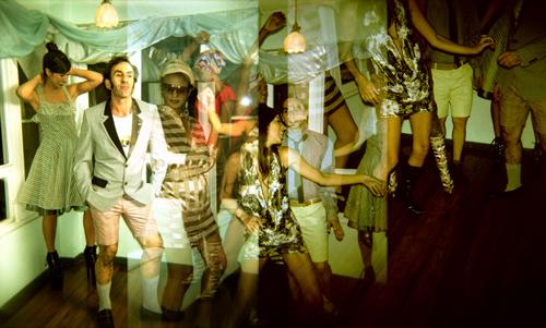 El afterparty en todo su apogeo. De izq a dcha: Cata Freer luce vestido verde de Adriana Guzmán, Víctor chaqueta de Deborah Ramírez, pantalón corto del estilista camiseta de Inmaculada Concepción del Diseño y zapatos de Fórmula Joven, Agatha vestido de Pepegrillo Chachachá y pendientes de Julieta Odio, Leda Blusa de Pepegrillo Chachachá y gorro de We are Brasil, Marijuana lleva vestido de Inmaculada Concepción del Diseño y por último Brasil lleva total look de Deborah Ramírez y cinturón del estilista.