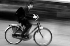 BRUJAS.BELGICA 2004. (EDUARDO URDANGARAY) Tags: gris nios movimiento infantil escolar urbano velocidad bicicletas mochilas transportes prisa bicis borrn uniformes conceptos pedalear pedaleando montarenbicicleta infacia nios borrn