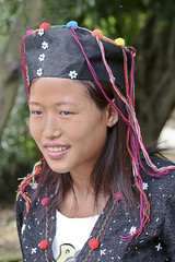 Yunnan, Ruili : De'ang village #8 (foto_morgana) Tags: china portrait people hat asia dress yunnan ethnic minorities palaung ruili deang traditionnaldress traditionnalgarment benglong
